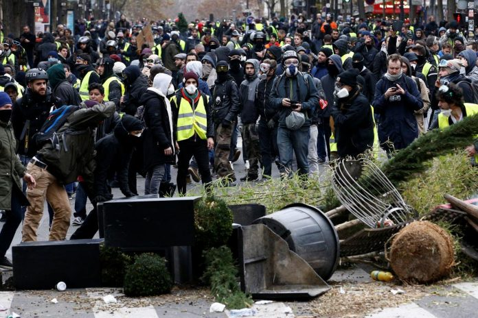 Police clash with 'yellow vest' protesters in Paris