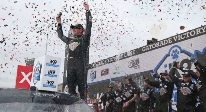 Kyle Busch rolls to Xfinity victory at Phoenix