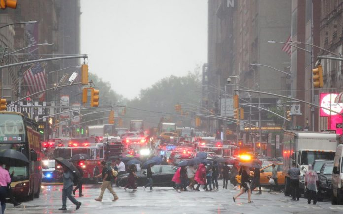 Helicopter crashes onto roof of Manhattan skyscraper, killing one
