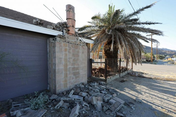 Strong aftershock jolts California as residents mop up after quake