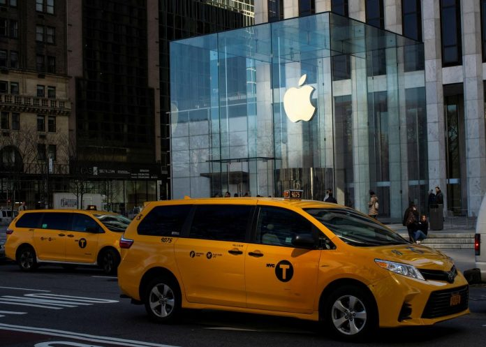 Apple, some U.S. retailers close stores to contain virus